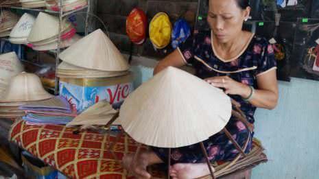 Vietnamesin flechtet Hüte