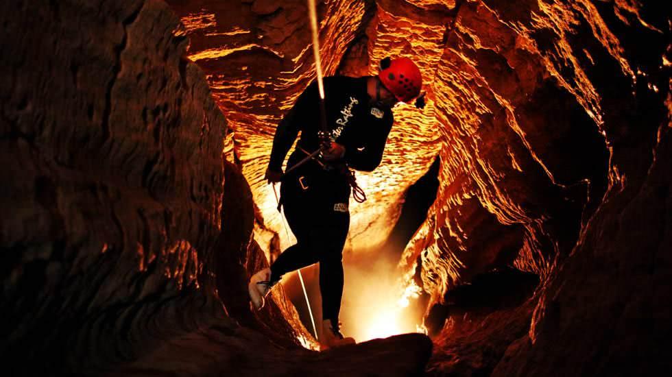 Ich steige in den Abgrund der Höhle