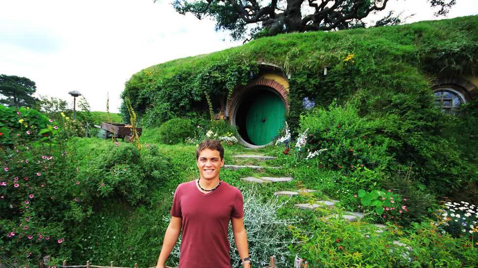 Ich vor dem Haus der Hobbits