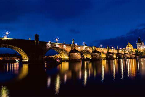 Prag Karlsbrücke bei Nacht