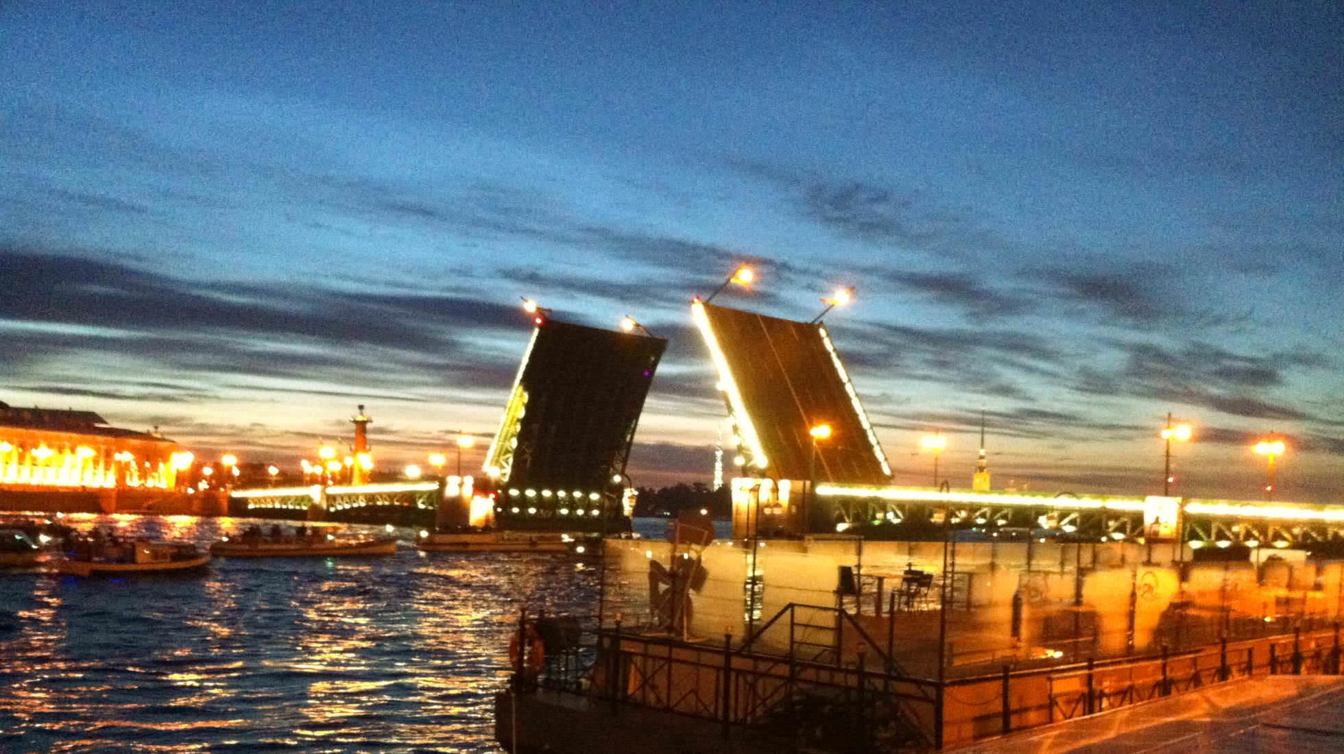 Newa-Brücken St. Petersburg bei Nacht