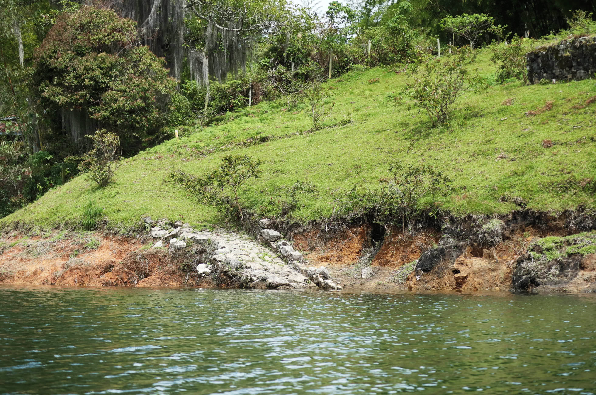 Guatape Treppe oder Weg im Wasser