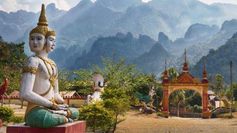 Vang Vieng: Von Höhlen und blauen Lagunen
