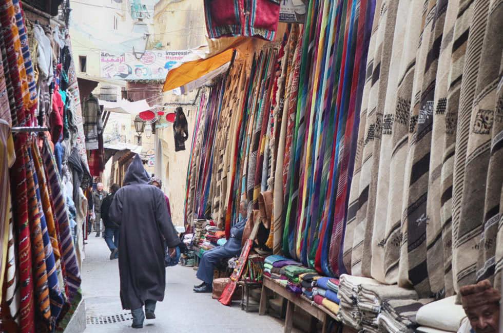Stoffe in der Medina von Fez